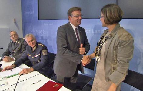 Hubschrauber fürs Innenministerium: Handshake von LH Platter und Ministerin Mikl-Leitner - Foto ORF