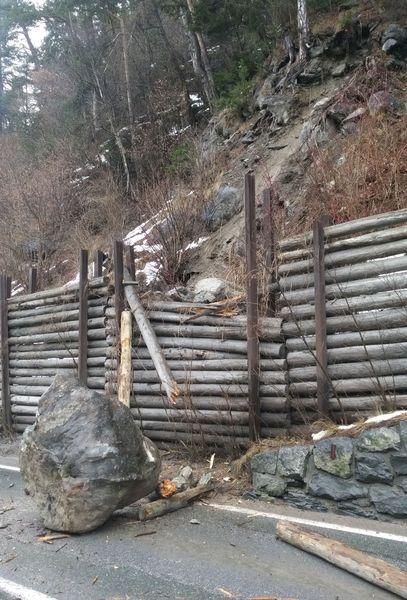 Ein riesiger Felsbrock stürzte auf die L 76 Landecker Straße. - Foto Land Tirol