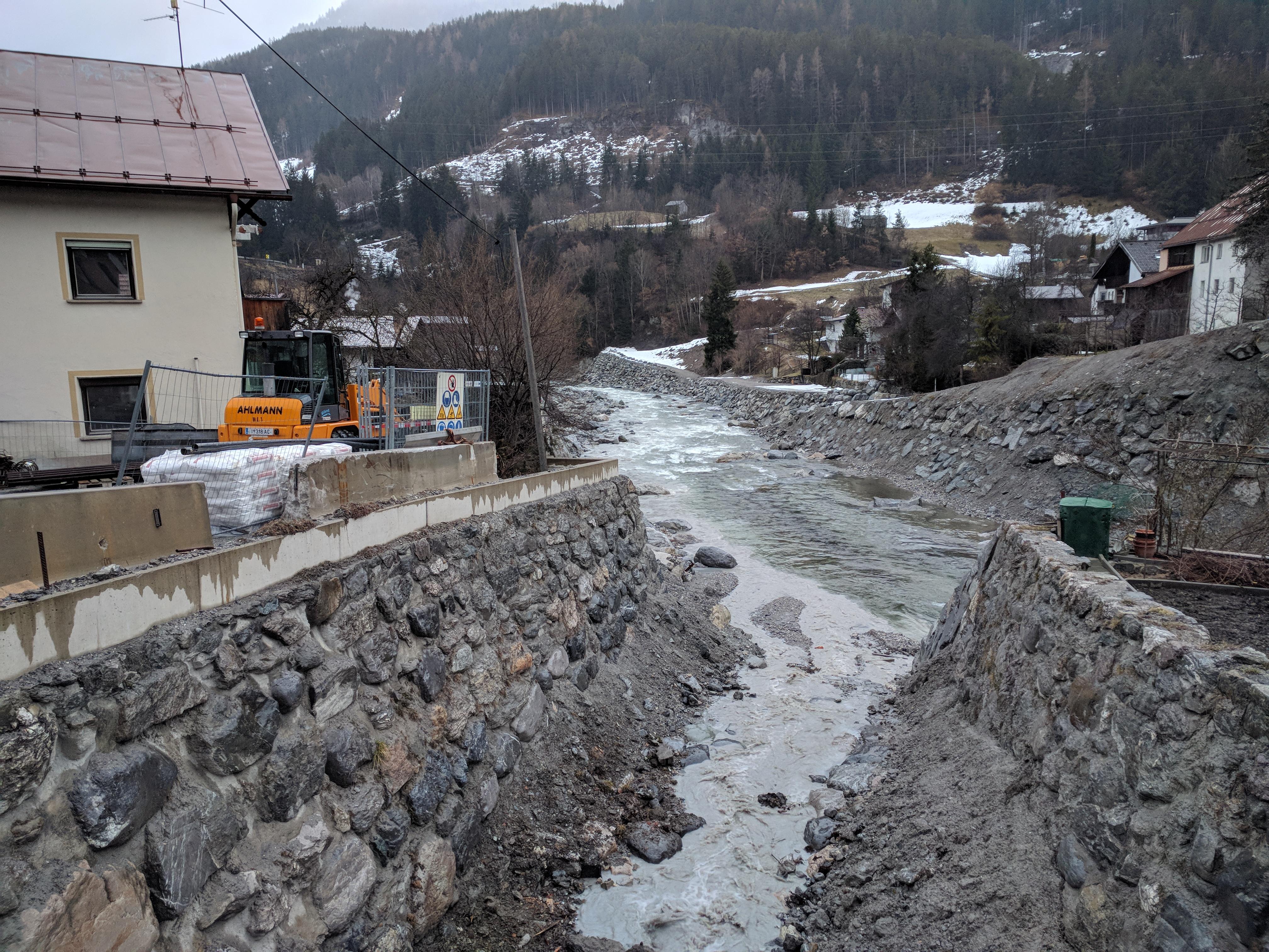 Hochwasserschutz an der Sanna: Die Mündung des Lattenbachs in die Sanna – das Haus links wird geschliffen